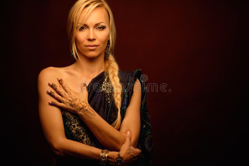 Femme avec l'ornement traditionnel de henné de mehndi photographie stock libre de droits