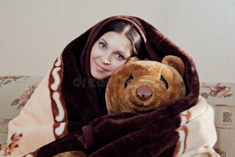 Femme avec l'ours de nounours photo libre de droits