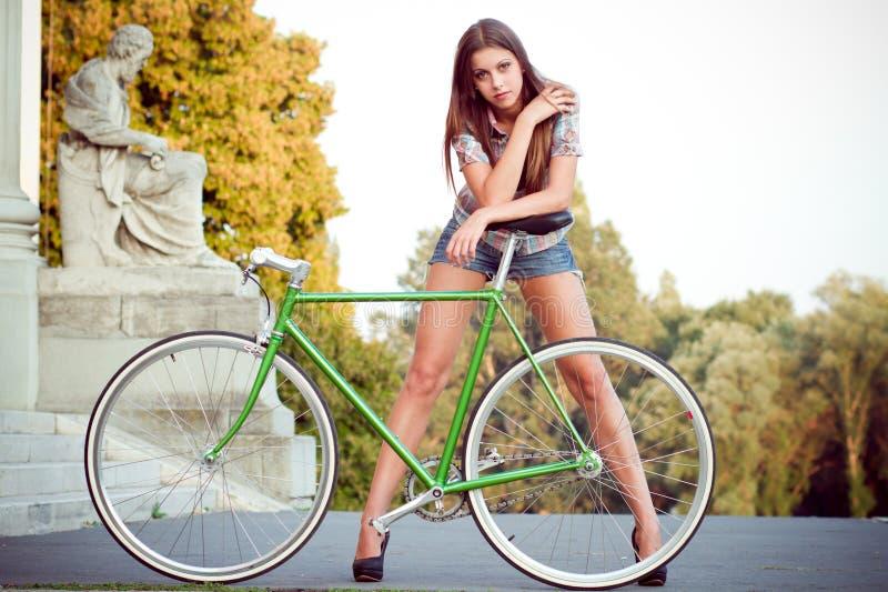 Femme avec la bicyclette de fixie image stock