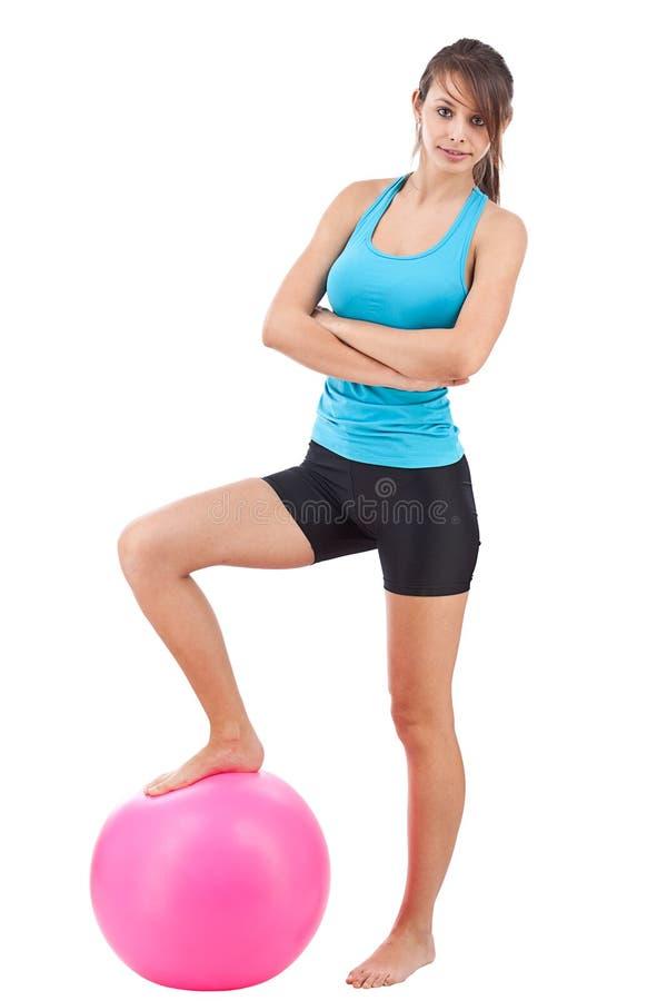Femme avec la bille de forme physique photo stock