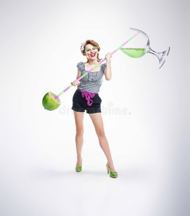 Femme avec la boisson et les fruits image libre de droits