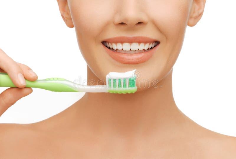 Femme avec la brosse à dents image libre de droits