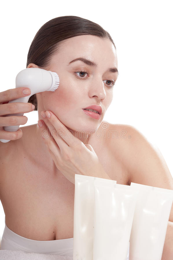 Femme avec la brosse pour le massage facial profondément de nettoyage. photos libres de droits
