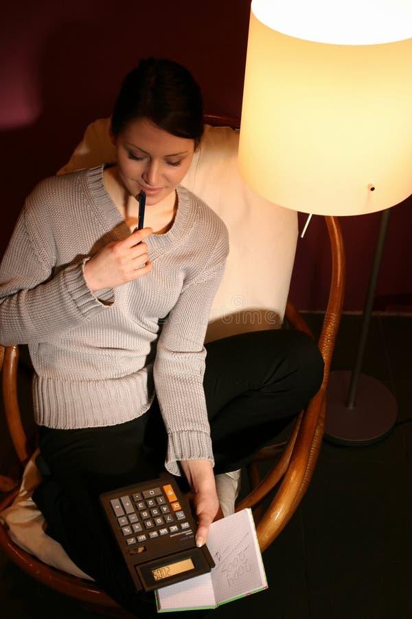 Femme avec la calculatrice image libre de droits