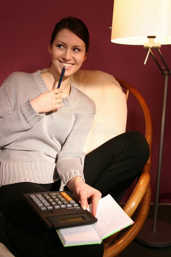 Femme avec la calculatrice images libres de droits