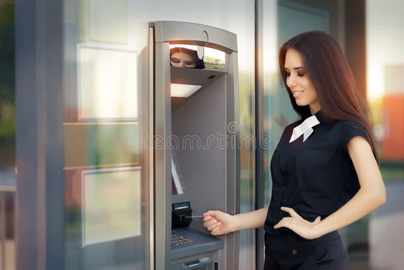 Femme avec la carte de crédit au distributeur automatique de billets d'atmosphère photos libres de droits