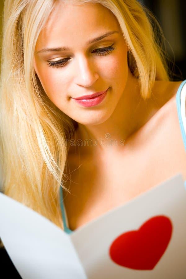 Femme avec la carte de valentine photo libre de droits