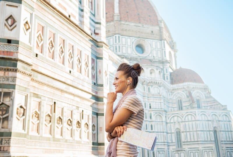Femme avec la carte et guide audio à Florence, Italie photographie stock