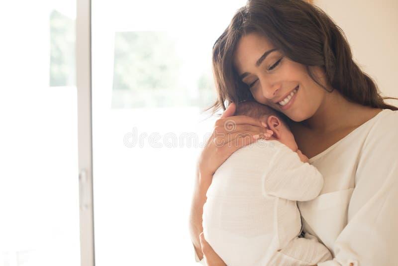 Femme avec la chéri nouveau-née images stock
