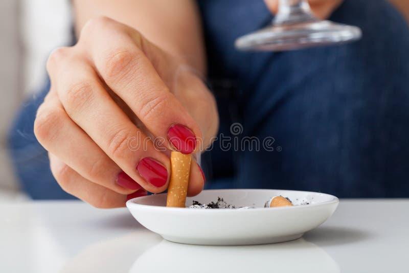 Femme avec la cigarette photos libres de droits