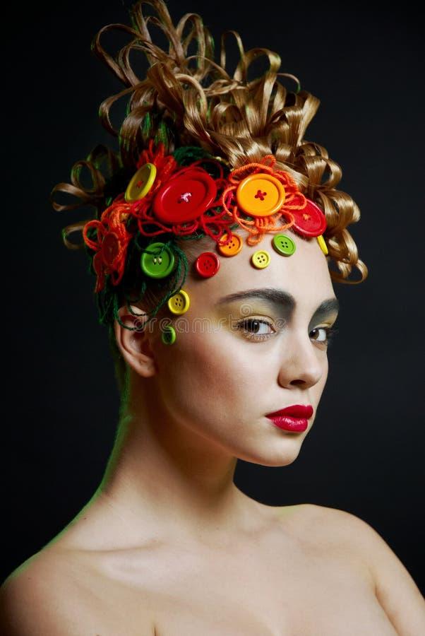 Femme avec la coiffure de créativité avec le butto coloré photos libres de droits