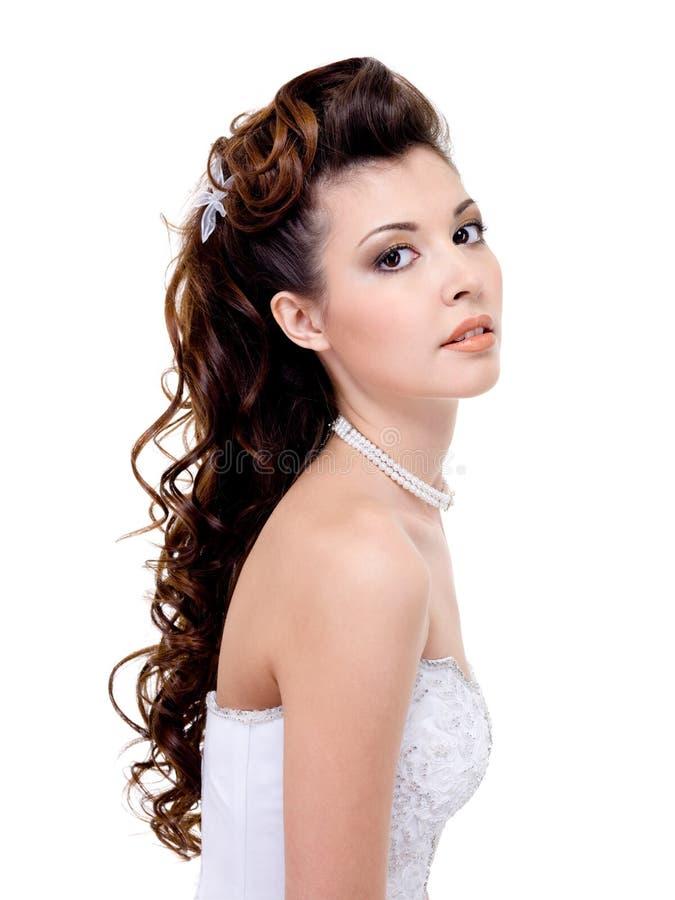 Femme avec la coiffure de mariage de beauté photographie stock libre de droits