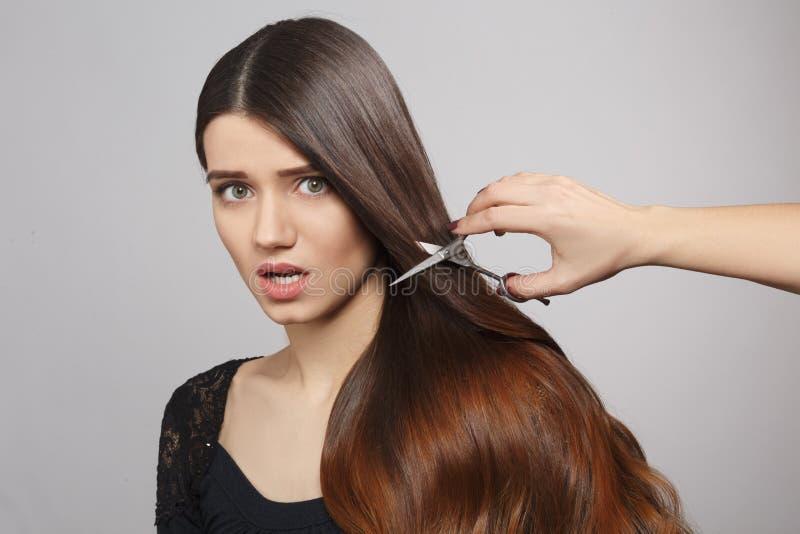 Femme avec la coiffure moderne dans le studio image libre de droits
