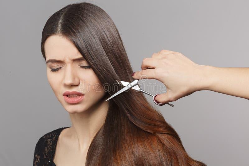 Femme avec la coiffure moderne dans le studio image stock