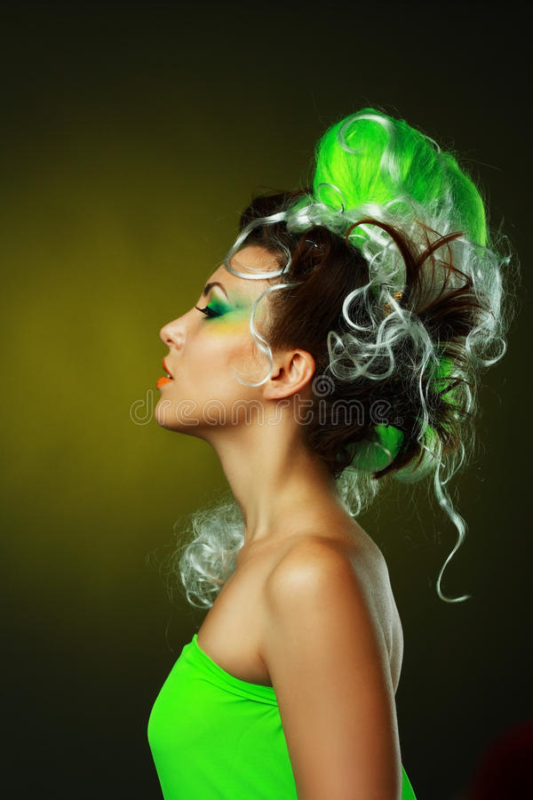 Femme avec la coiffure verte créatrice image stock