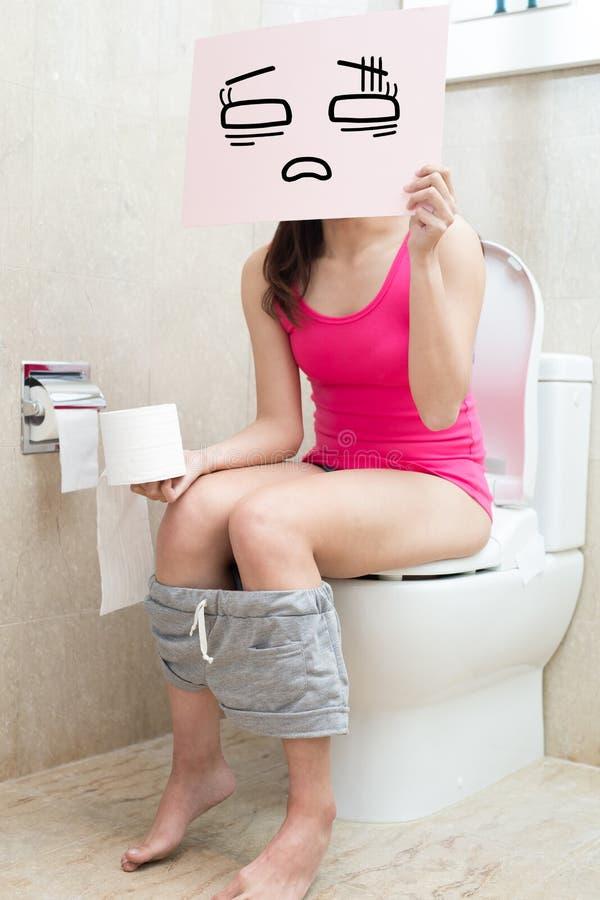 Femme avec la constipation photographie stock libre de droits