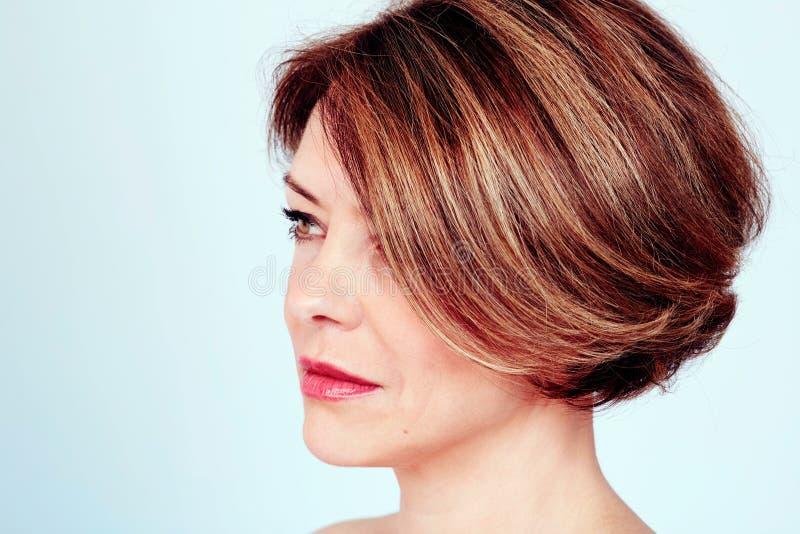 Femme avec la coupe de cheveux élégante images libres de droits