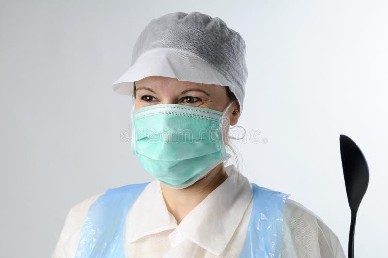 Femme avec la cuillère fonctionnant pour l'industrie alimentaire image stock