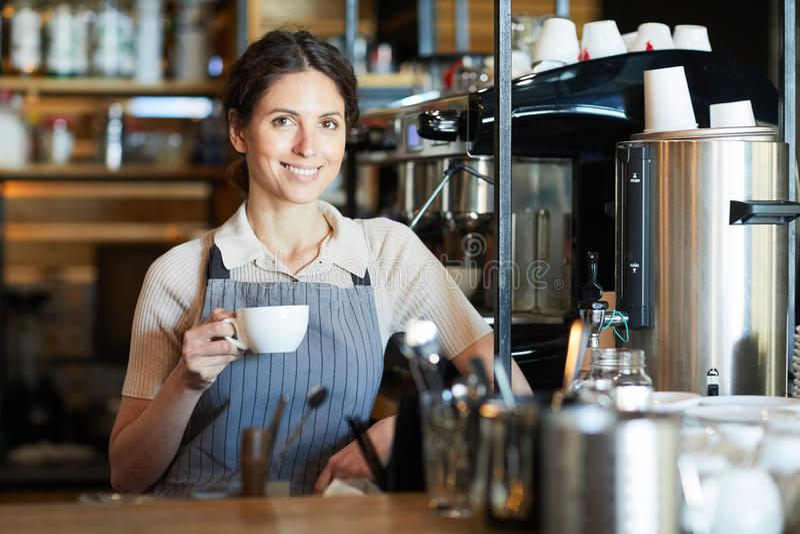 Femme avec la cuvette de caf? photos libres de droits