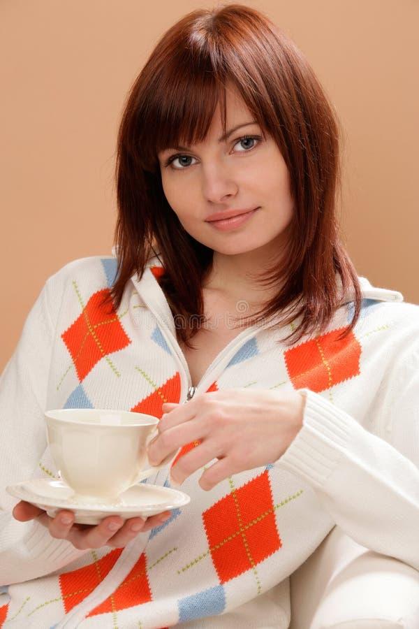 Femme avec la cuvette de thé photographie stock libre de droits