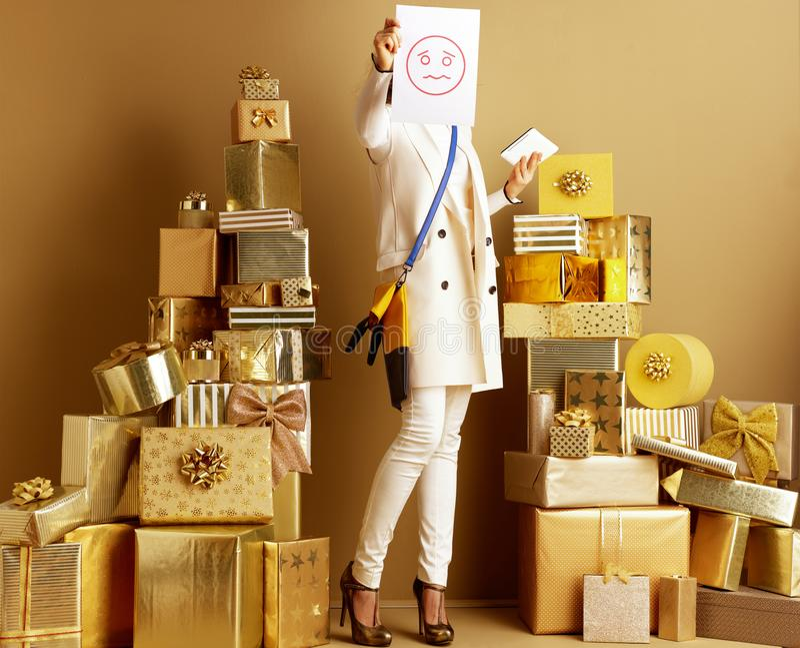 Femme avec la feuille de tablette et de papier avec l'émoticône unsmile image libre de droits