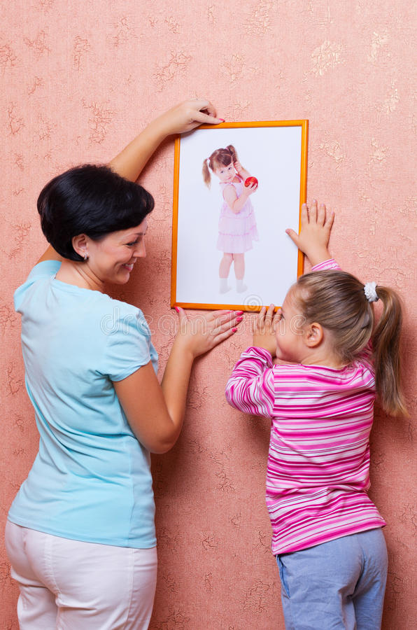 Femme avec la fille s'arrêtant vers le haut d'une illustration photographie stock
