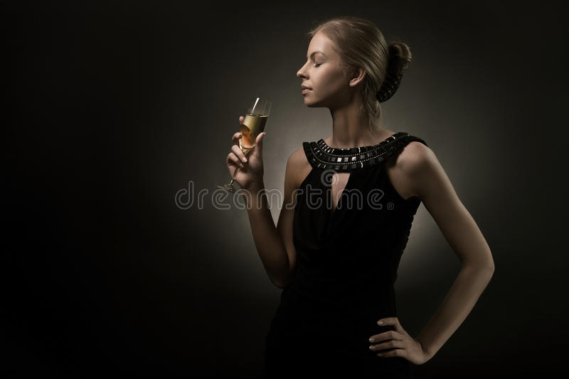 Femme avec la glace de vin à disposition photos libres de droits