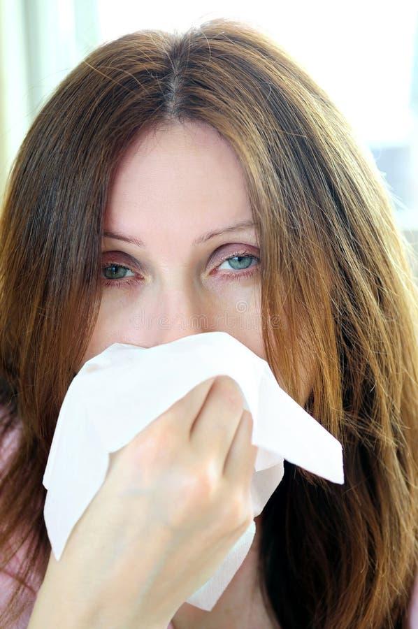 Femme avec la grippe ou l'allergie photo stock