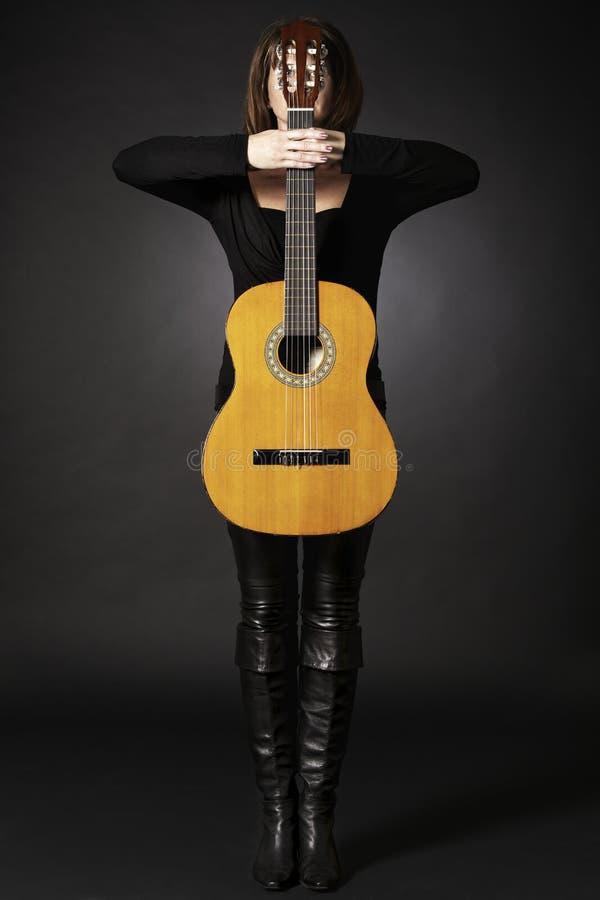 Femme avec la guitare comme croix. image stock