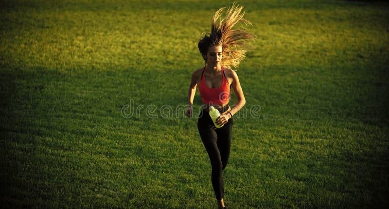 Femme avec la longue course de cheveux avec la bouteille d'eau, boisson photo stock