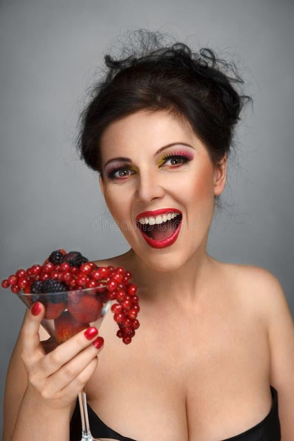 Femme avec la macédoine de fruits images libres de droits