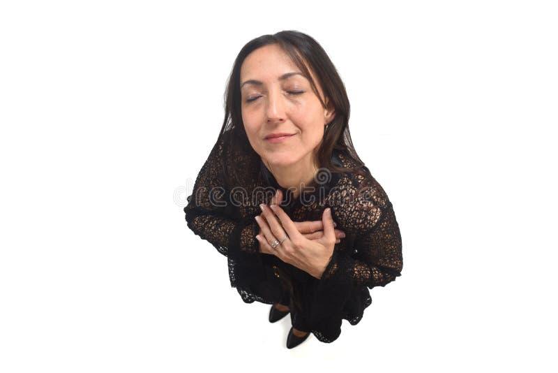Femme avec la main sur le coffre photographie stock