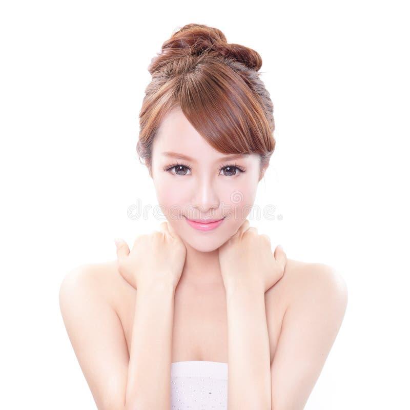Femme avec la main sur son épaule photo stock