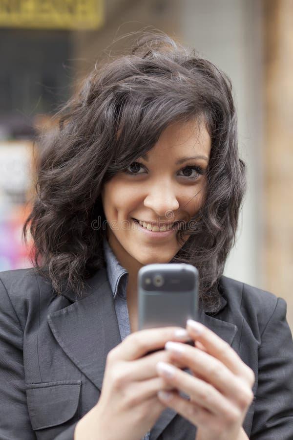 Femme avec la marche de smartphone image libre de droits