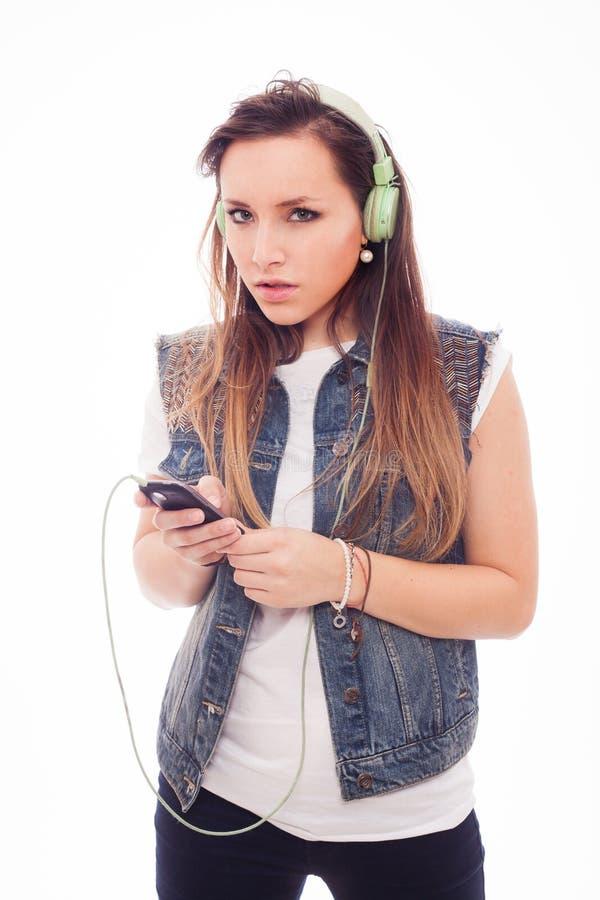Femme avec la musique de écoute d'écouteurs. Danse de fille d'adolescent. Est images stock