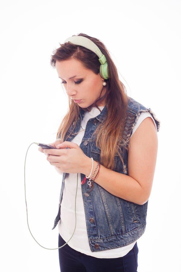 Femme avec la musique de écoute d'écouteurs. Danse de fille d'adolescent. Est photographie stock libre de droits