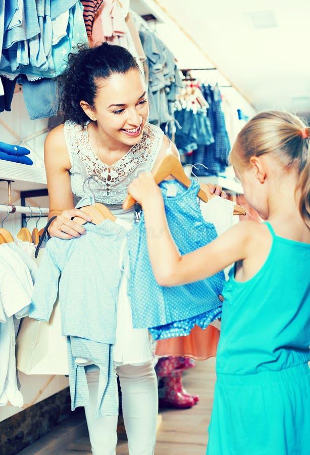 Download Femme Avec La Petite Fille Choisissant Les Vêtements Bleus Image stock - Image du gosse, femelle: 76082169