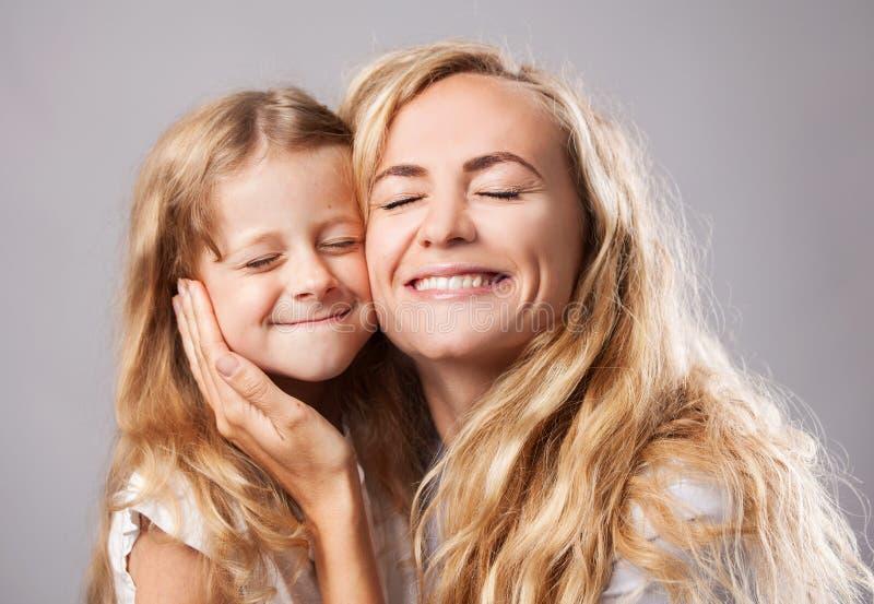 Femme avec la petite fille famille images stock