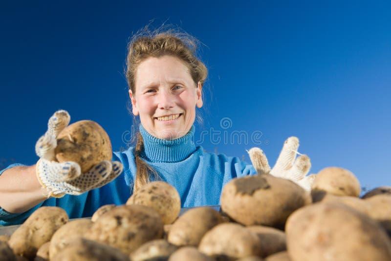 Femme avec la pomme de terre images stock