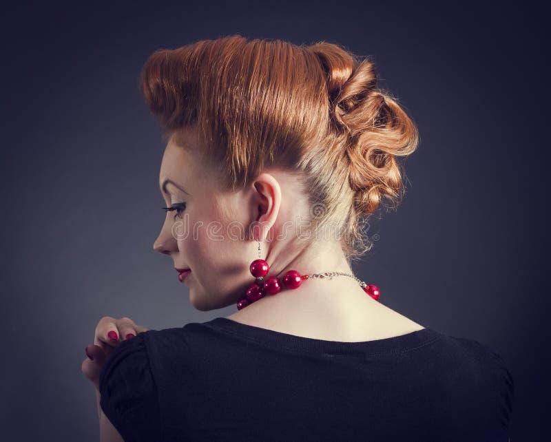 Femme avec la rétro coiffure d'or photographie stock libre de droits