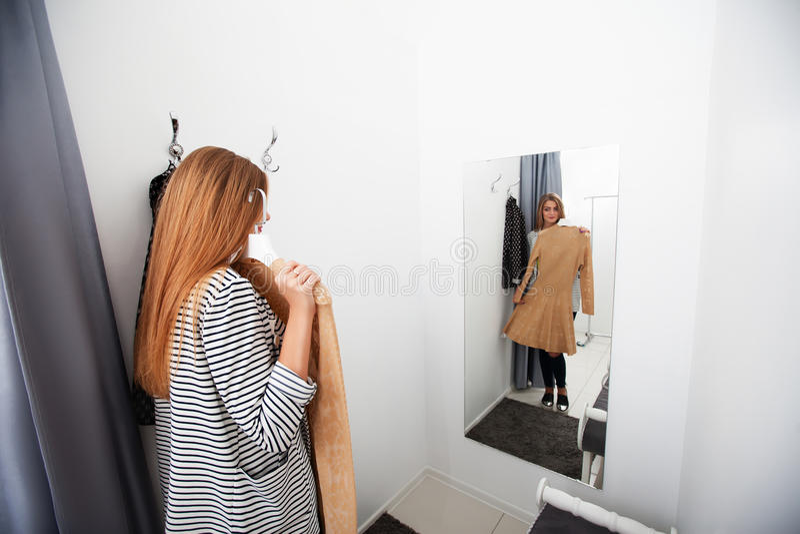 Femme avec la robe dans le vestiaire photo stock
