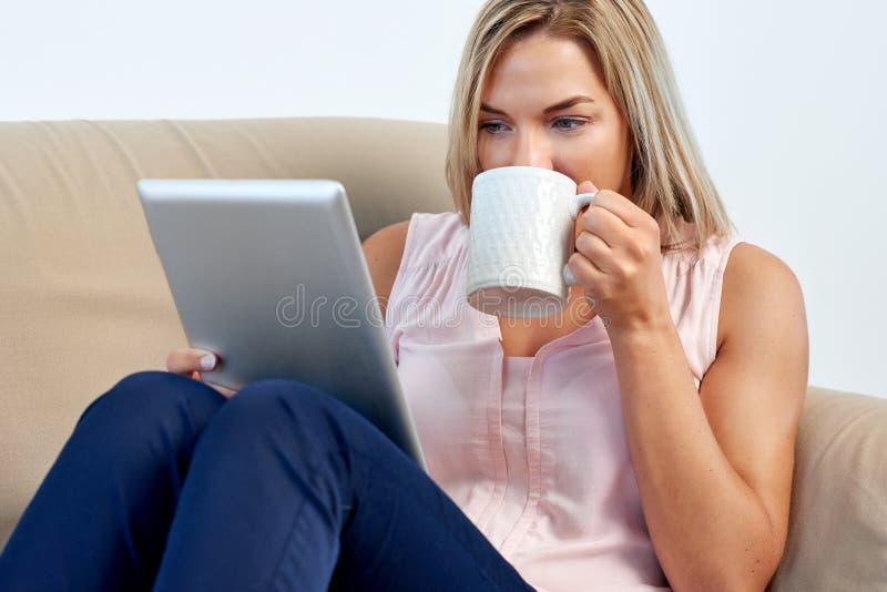 Femme avec la tablette photographie stock