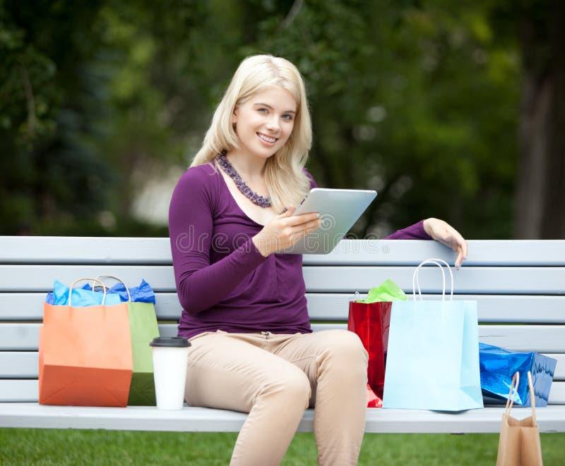 Femme avec la Tablette de Digital en parc photographie stock