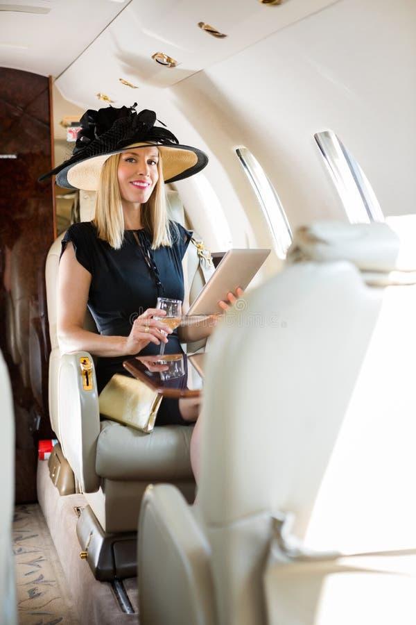Femme avec la Tablette de Digital et le verre de boissons dedans photo stock