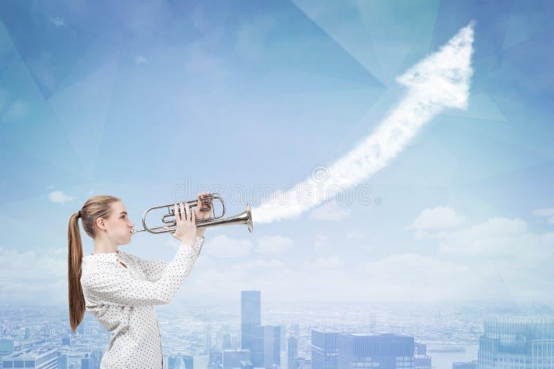 Femme avec la trompette et le graphique croissant photo libre de droits