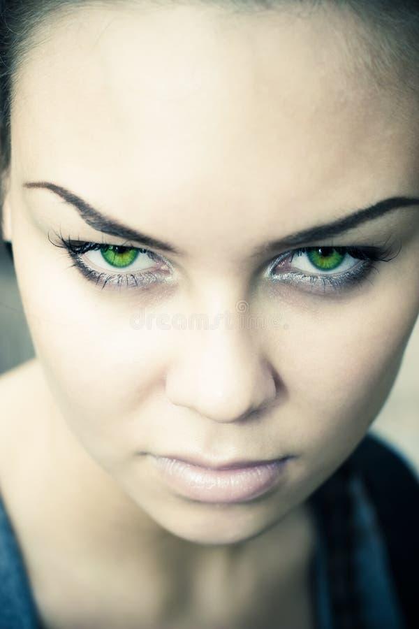 Femme avec la verticale mystérieuse de yeux verts photo libre de droits