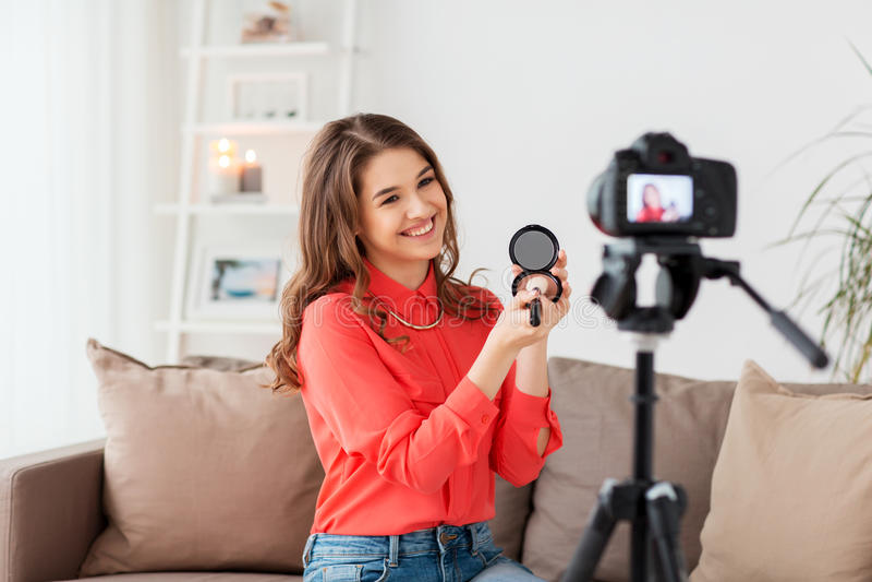 Femme avec la vidéo d'enregistrement de bronzer et d'appareil-photo photographie stock libre de droits