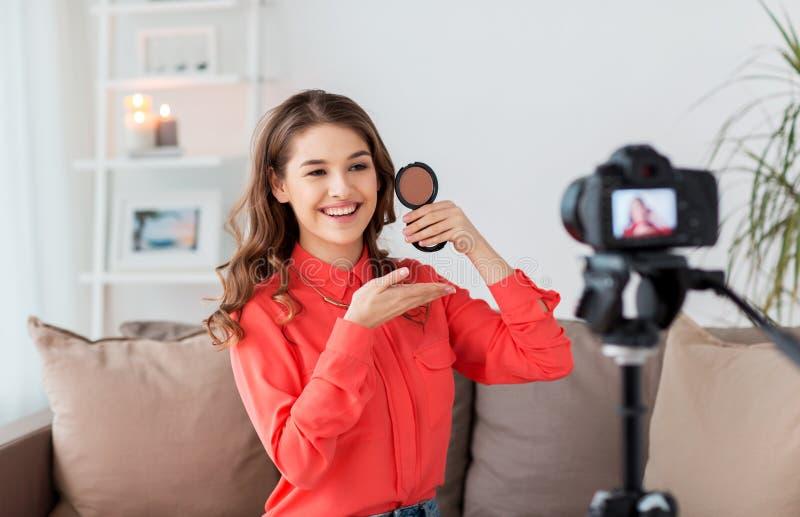 Femme avec la vidéo d'enregistrement de bronzer et d'appareil-photo photo libre de droits