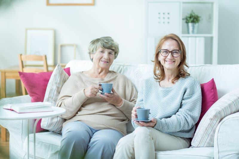 Femme avec la vieille mère photographie stock libre de droits
