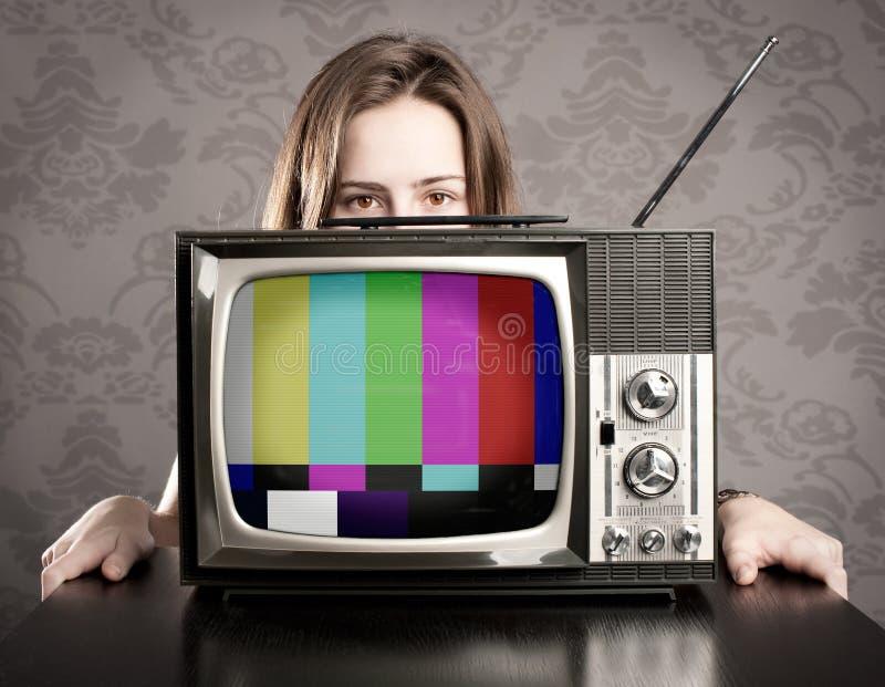 Femme avec la vieille TV photographie stock libre de droits